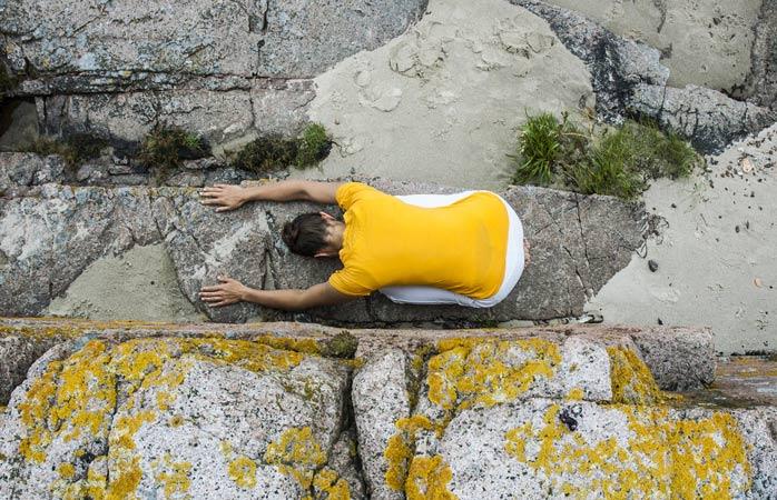 Seesteinen joogaretriitti Bornholm Yoga & Retreat Centerissä Tanskassa