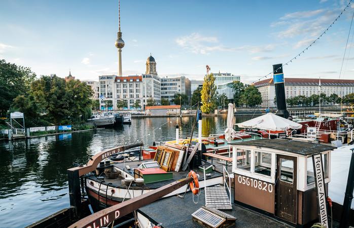 Berliinin tv-torni häämöttää vanhan sataman taustalla