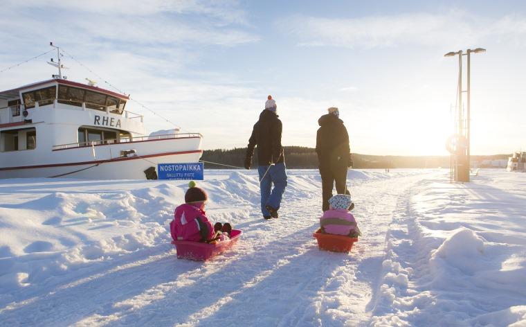 Hiihtolomatekemistä Suomessa: kotimaan matkailukohteet perheille