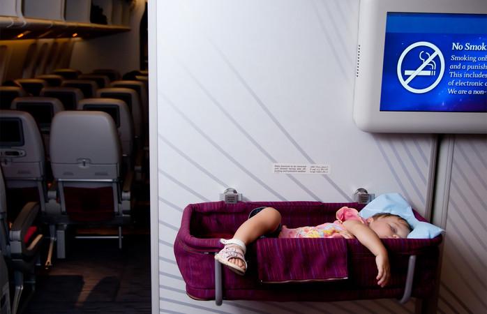 Vauvan kanssa lentokoneessa pidemmillä lennoilla vauvalle voi pyytää erityistä lentokonesänkyä
