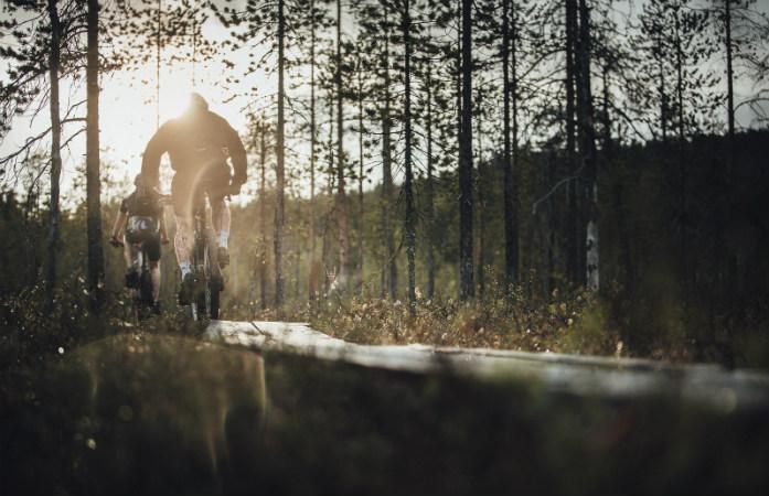 Lapissa kesällä lasten kanssa voi vaikka harrastaa maastopyöräilyä